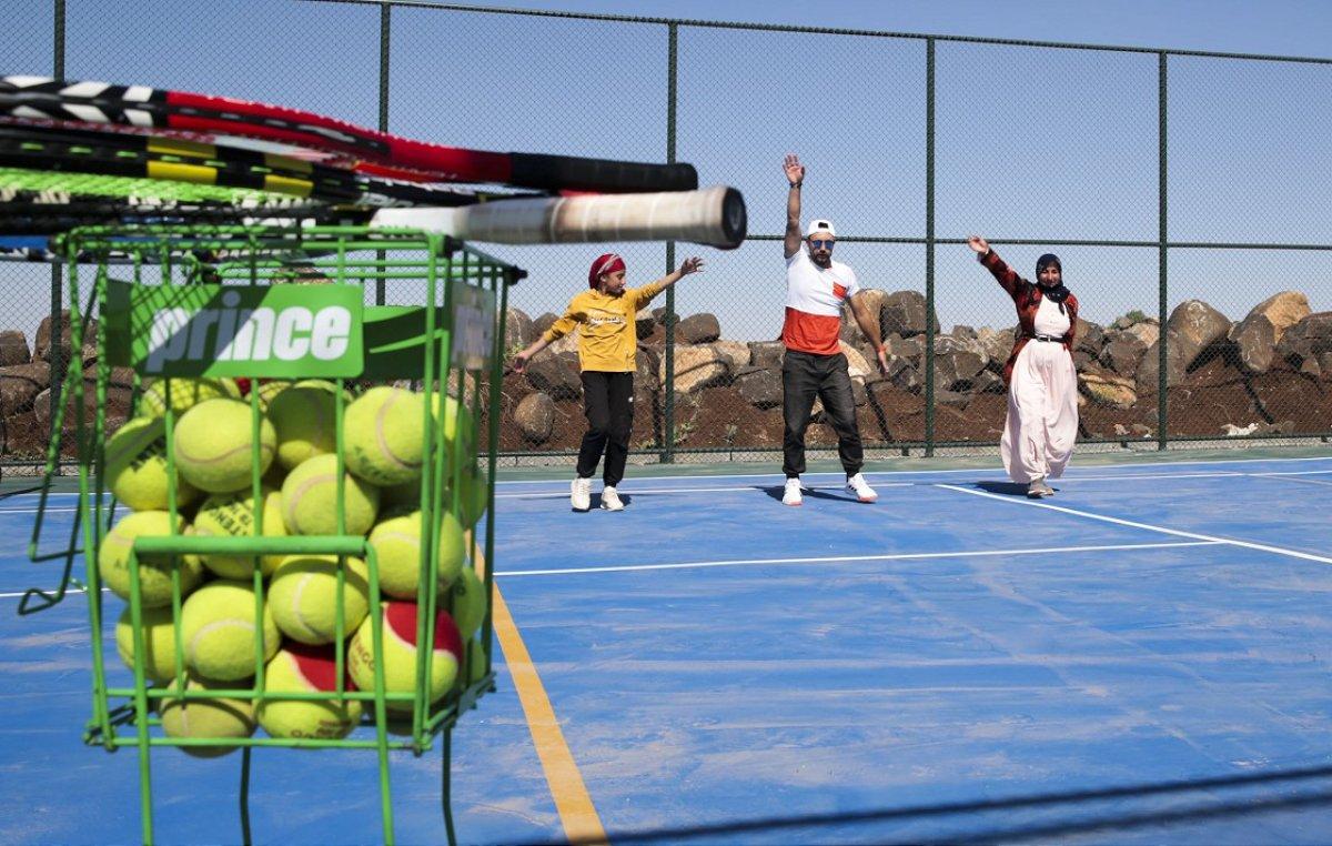 Şanlıurfa da üç çocuk annesi, kızı için tenis kortuna çıktı #7