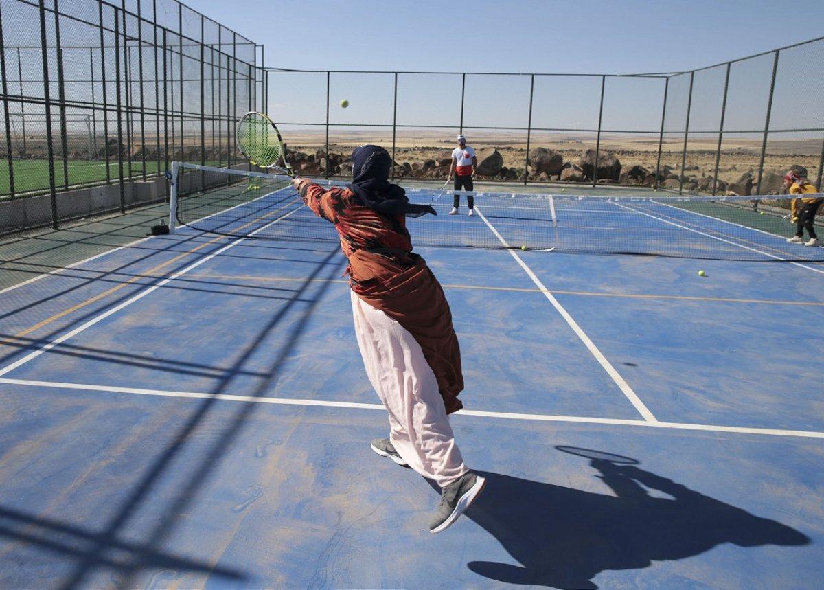 Şanlıurfa da üç çocuk annesi, kızı için tenis kortuna çıktı #3