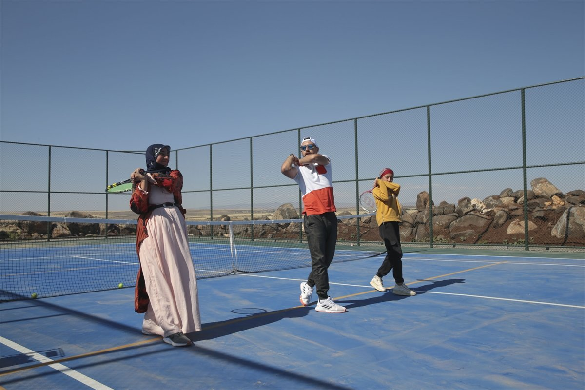 Şanlıurfa da üç çocuk annesi, kızı için tenis kortuna çıktı #6