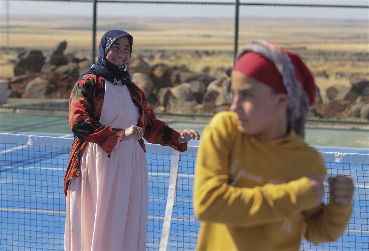Şanlıurfa da üç çocuk annesi, kızı için tenis kortuna çıktı #9
