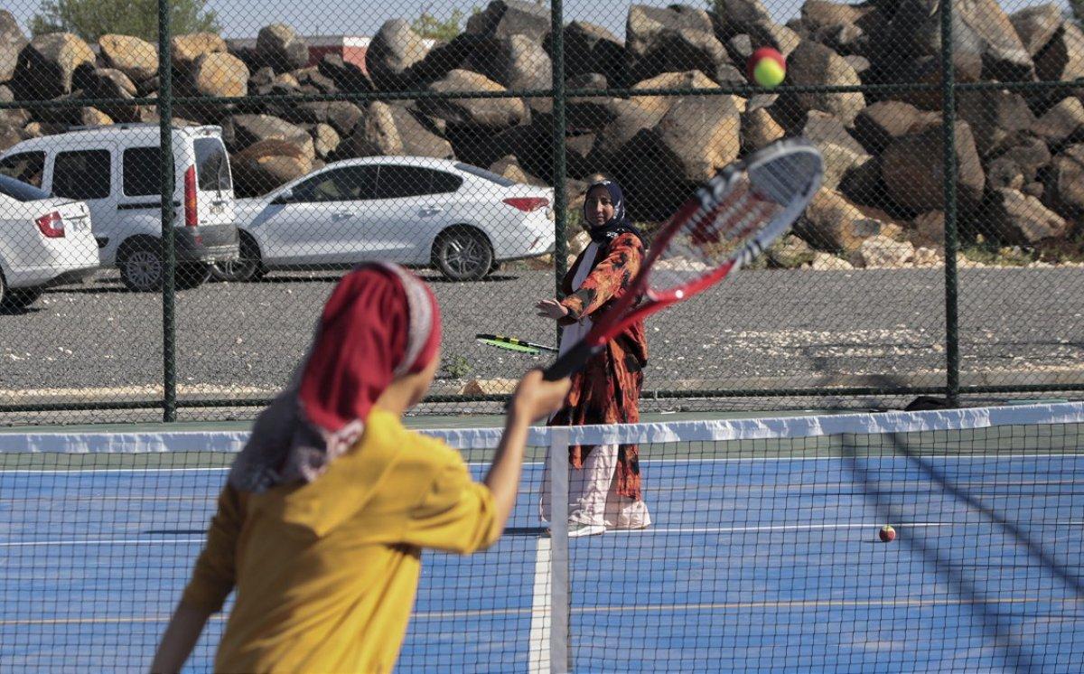 Şanlıurfa da üç çocuk annesi, kızı için tenis kortuna çıktı #2
