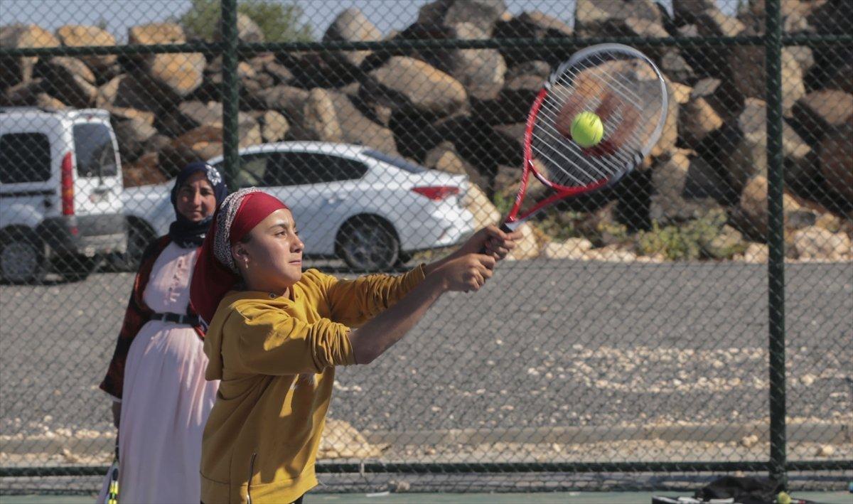 Şanlıurfa da üç çocuk annesi, kızı için tenis kortuna çıktı #8