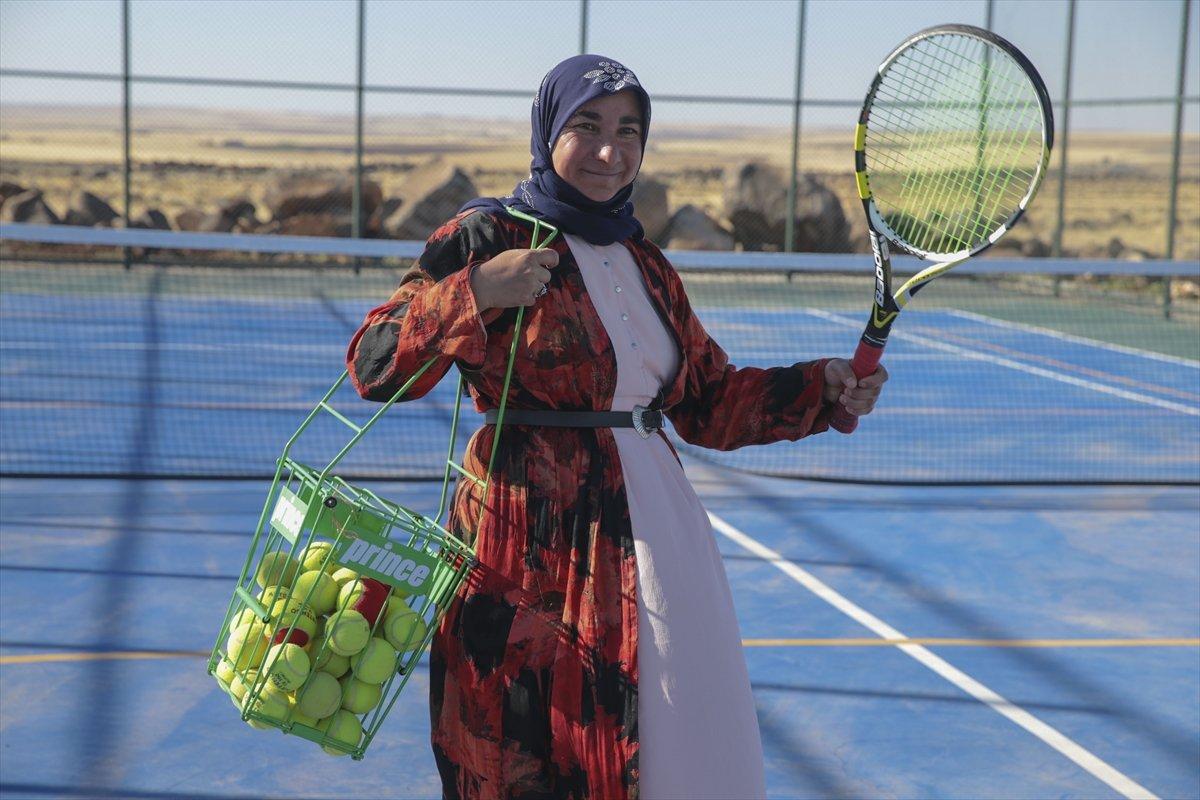 Şanlıurfa da üç çocuk annesi, kızı için tenis kortuna çıktı #4