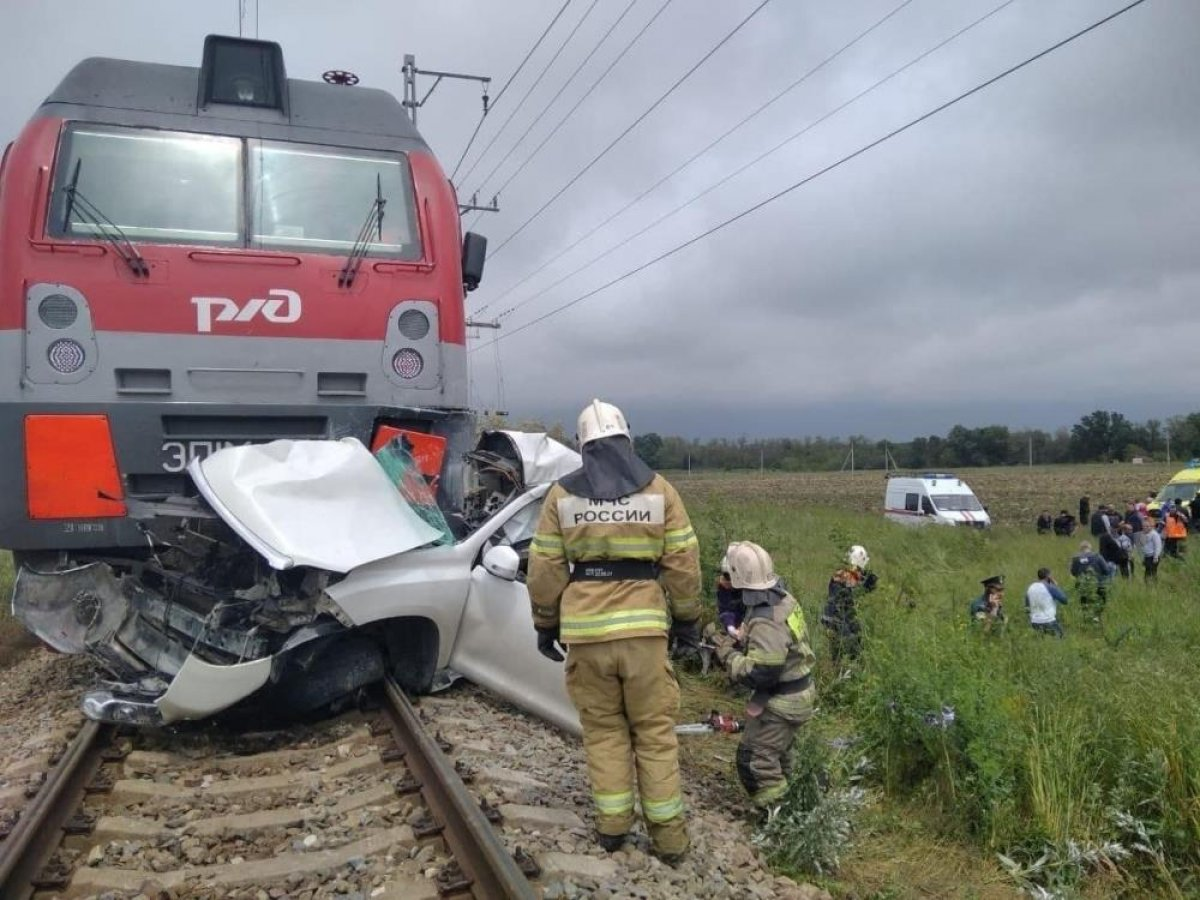 Rusya da kırmızı ışıkta geçen cip, trenin altında kaldı #1