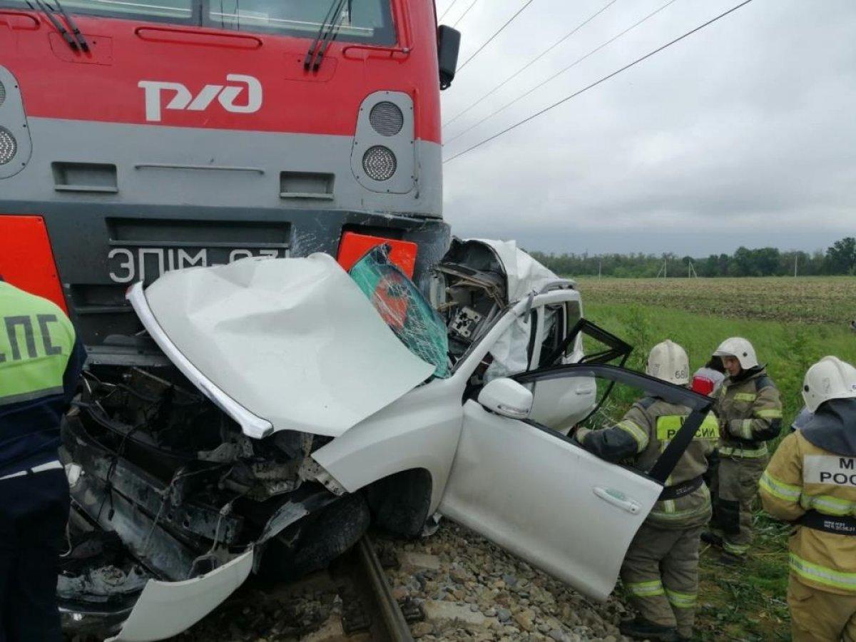 Rusya da kırmızı ışıkta geçen cip, trenin altında kaldı #2