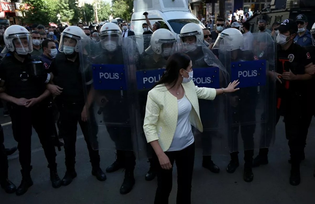Diyarbakır da Kürtçe eğitim isteyenlerle polis arasında arbede #4
