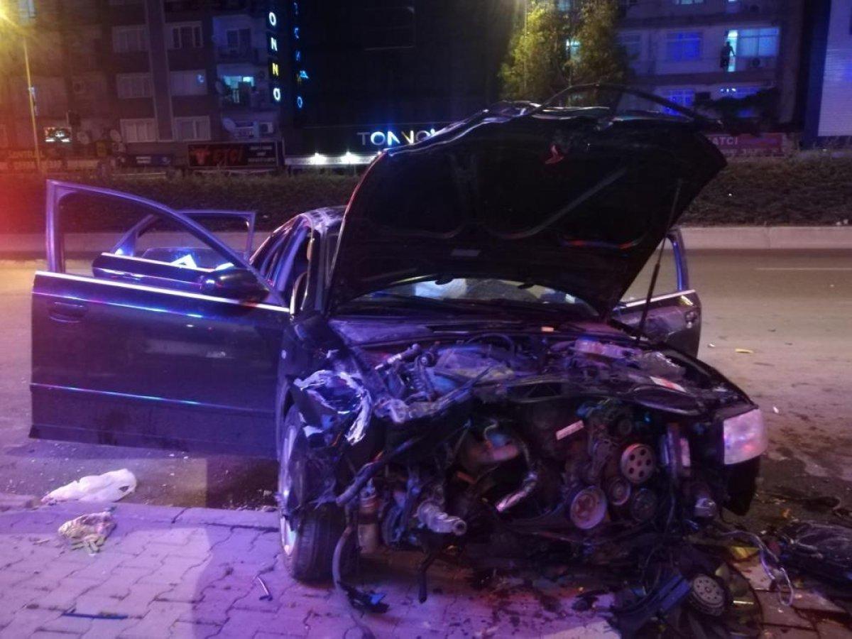 İzmir de çöp konteynerlerine çapan araç takla attı #2