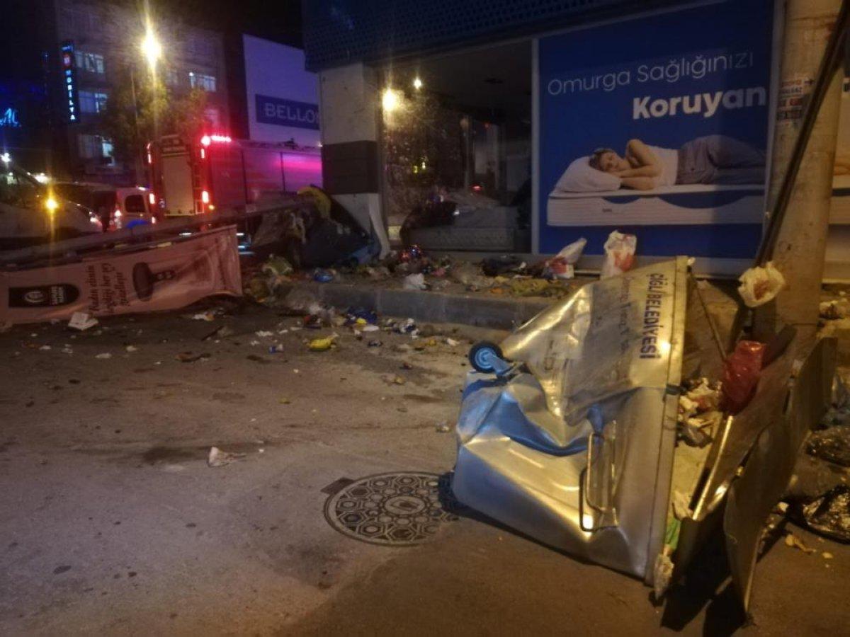 İzmir de çöp konteynerlerine çapan araç takla attı #1