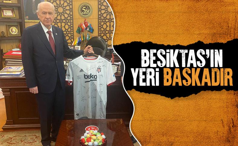 Devlet Bahçeli'ye imzalı Beşiktaş forması hediye edildi