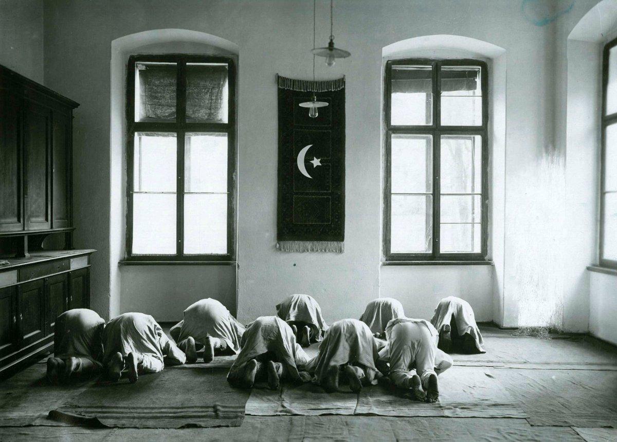 Galiçya daki Türk askerlerinin namaz kılarken çekilen fotoğrafları #1