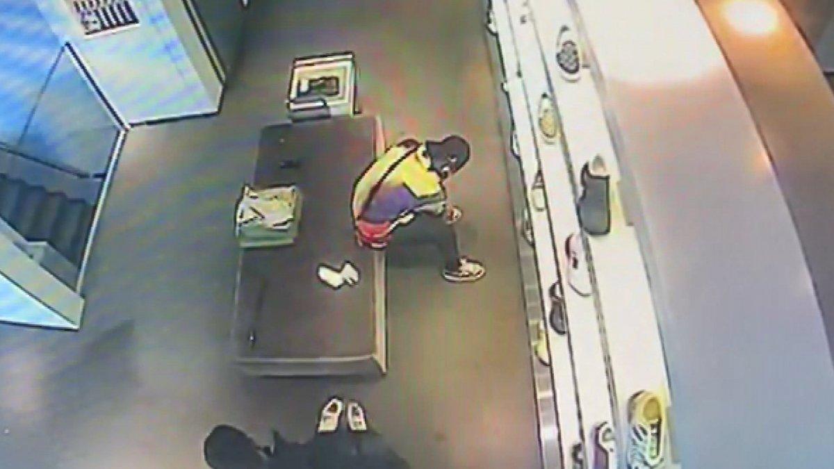 Sarıyer'de lüks mağazada ayakkabı hırsızlığı kameraya yansıdı #2