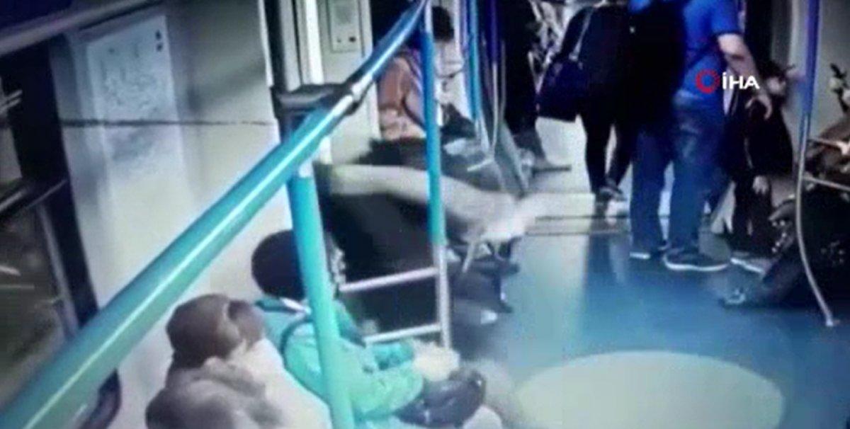 Rusya'da metroda yaşanan cep telefonu hırsızlığı kamerada  #1