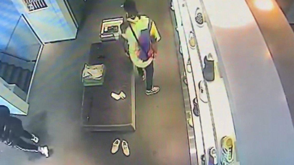 Sarıyer'de lüks mağazada ayakkabı hırsızlığı kameraya yansıdı #3