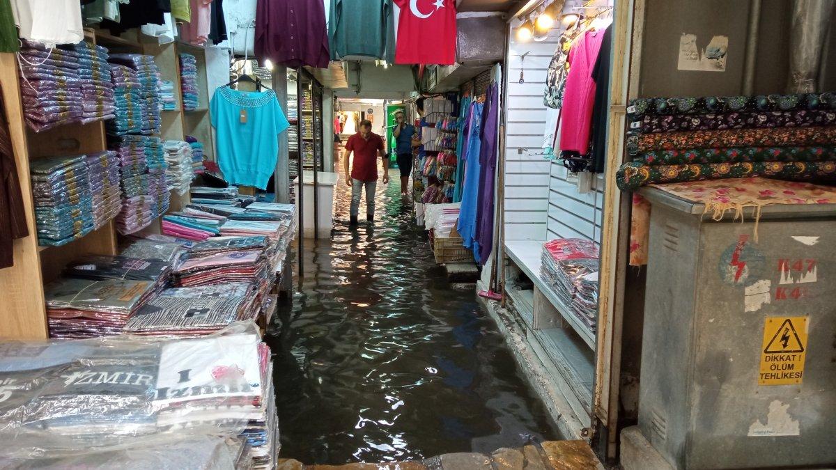 İzmir de Tarihi Kemeraltı Çarşısı göle döndü #2