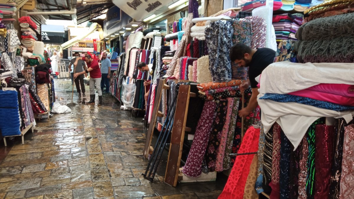 İzmir de Tarihi Kemeraltı Çarşısı göle döndü #3