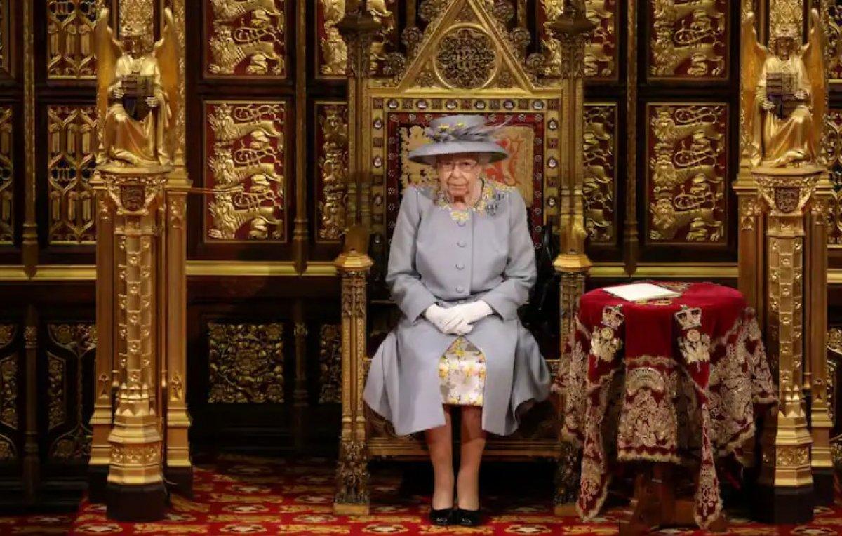 Oxford Üniversitesi öğrencileri Kraliçe 2. Elizabeth in portresini kaldırdı #1