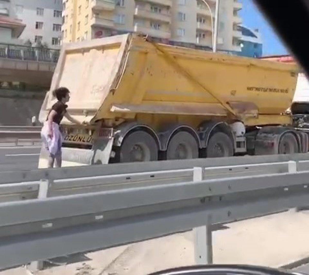 Kocaeli de paten süren gençler, kamyonun dorsesine tutunarak ilerledi #1