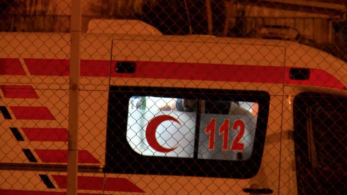 Sefaköy metrobüs durağında kendine çatalla zarar verdi #4