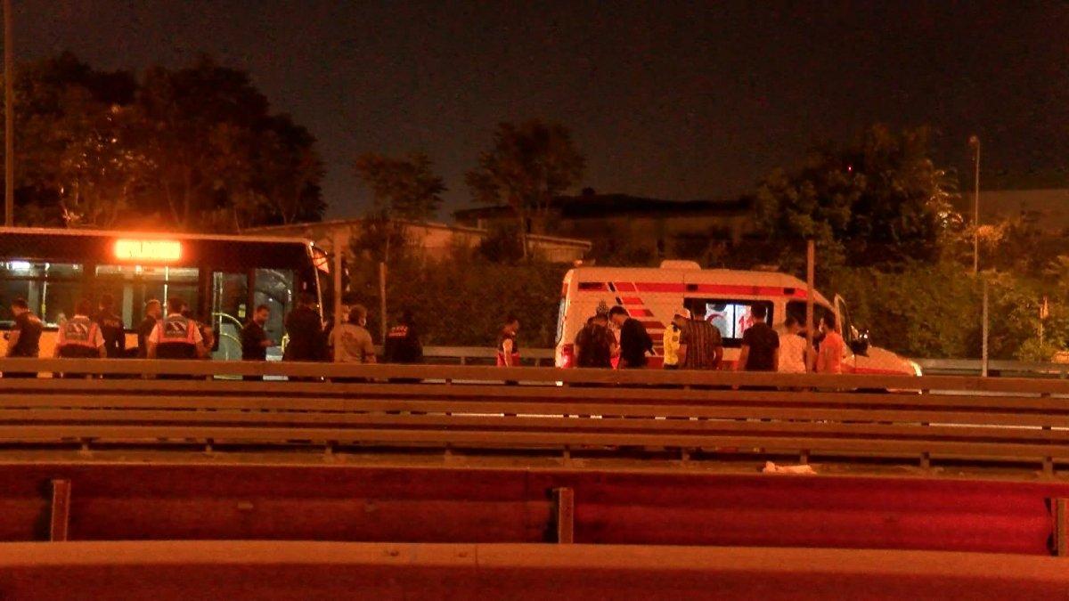 Sefaköy metrobüs durağında kendine çatalla zarar verdi #1