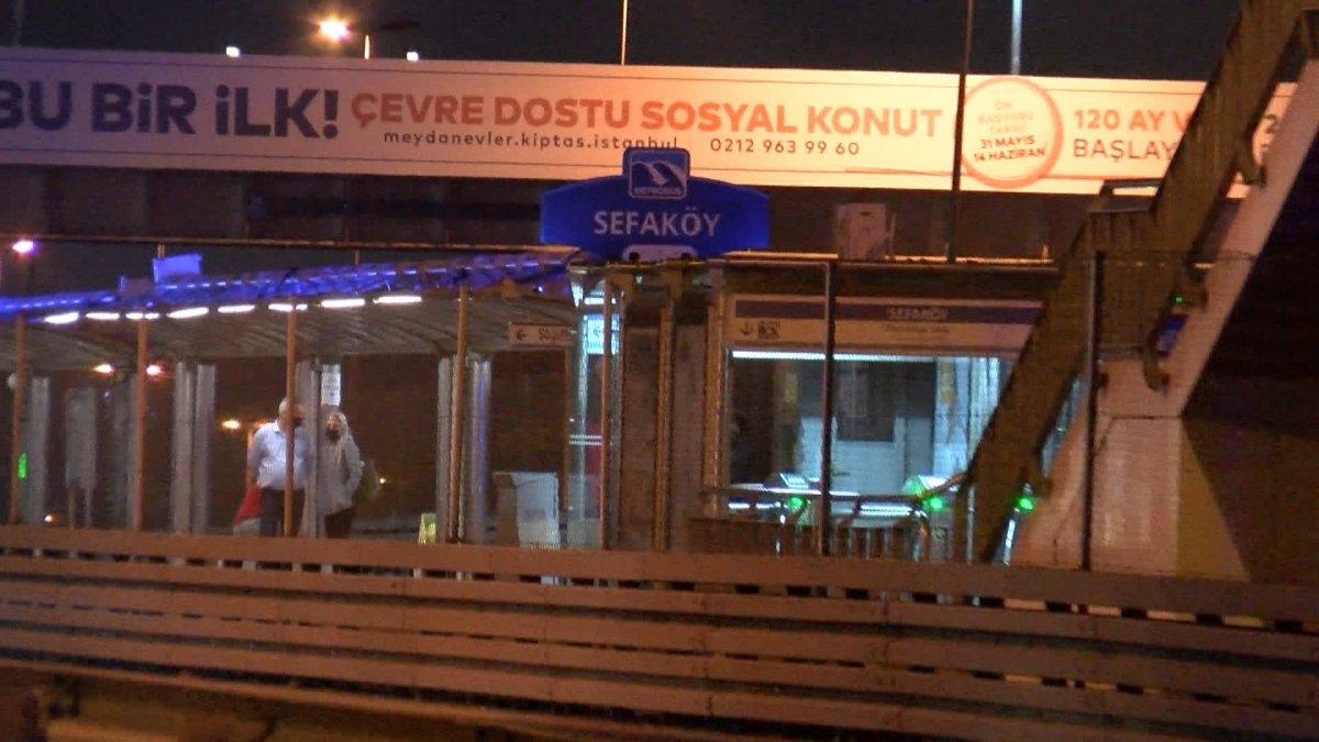 Sefaköy metrobüs durağında kendine çatalla zarar verdi #3