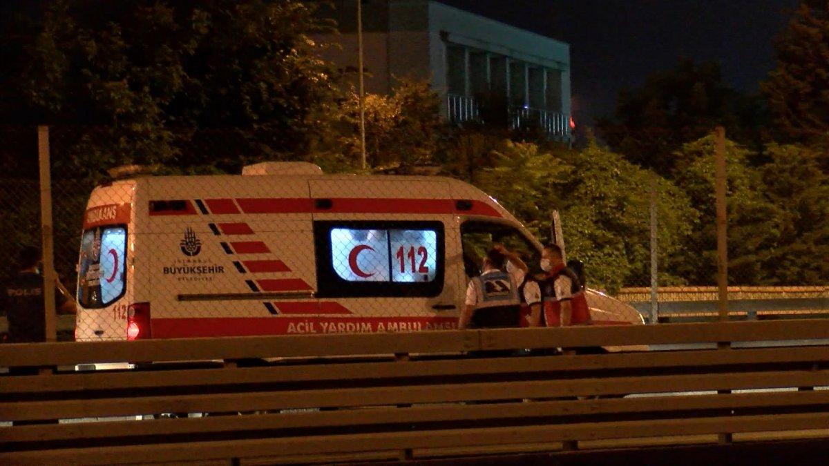 Sefaköy metrobüs durağında kendine çatalla zarar verdi #2