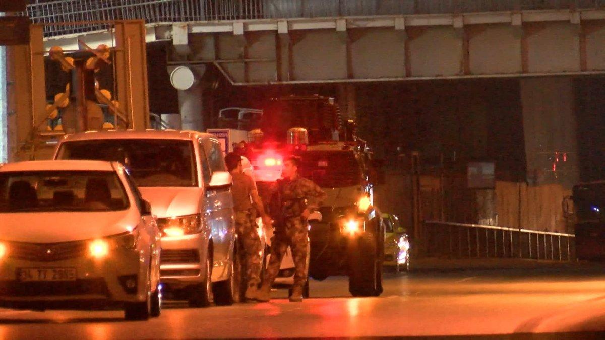 Sefaköy metrobüs durağında kendine çatalla zarar verdi #7