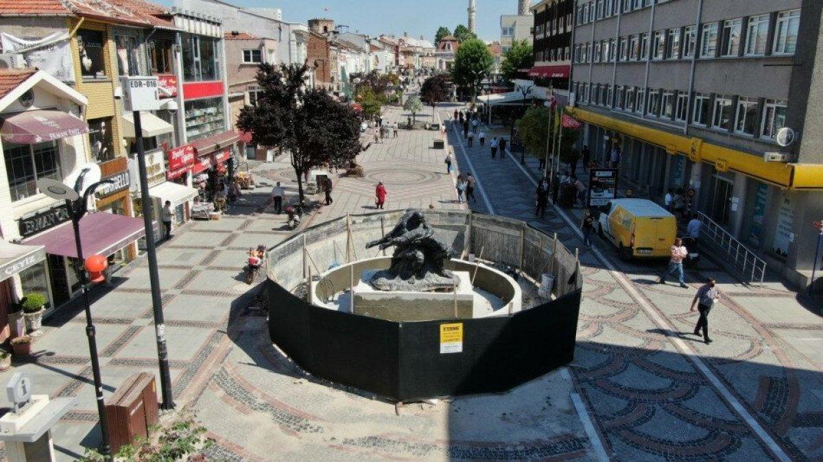 Edirne de heykel, görünmüyor diye caddenin ortasına taşındı #1