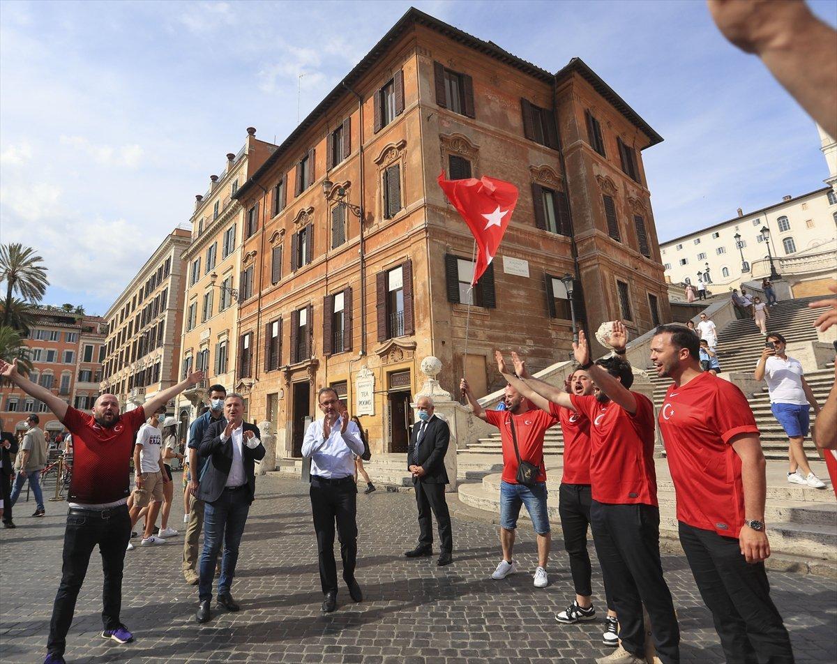 İtalya da Bakan Kasapoğlu taraftarlara üçlü çektirdi #2
