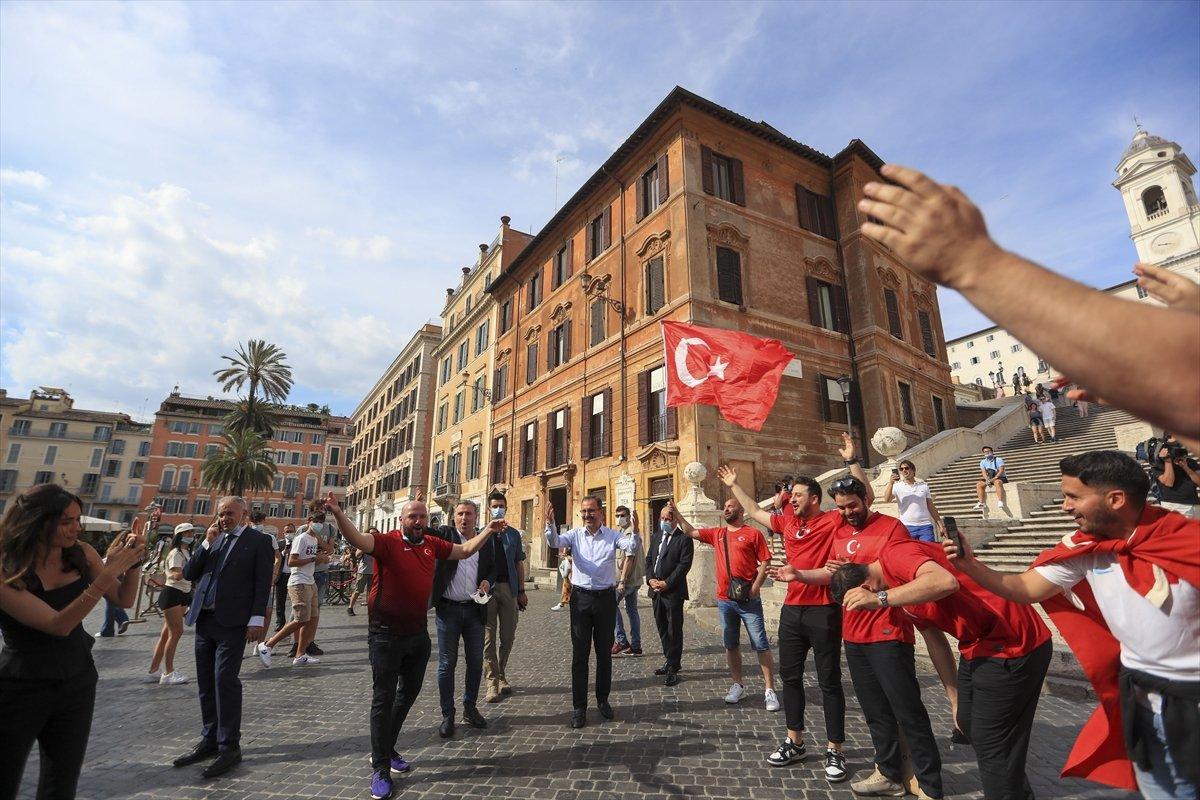İtalya da Bakan Kasapoğlu taraftarlara üçlü çektirdi #3