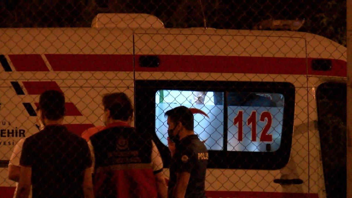 Sefaköy metrobüs durağında kendine çatalla zarar verdi #5
