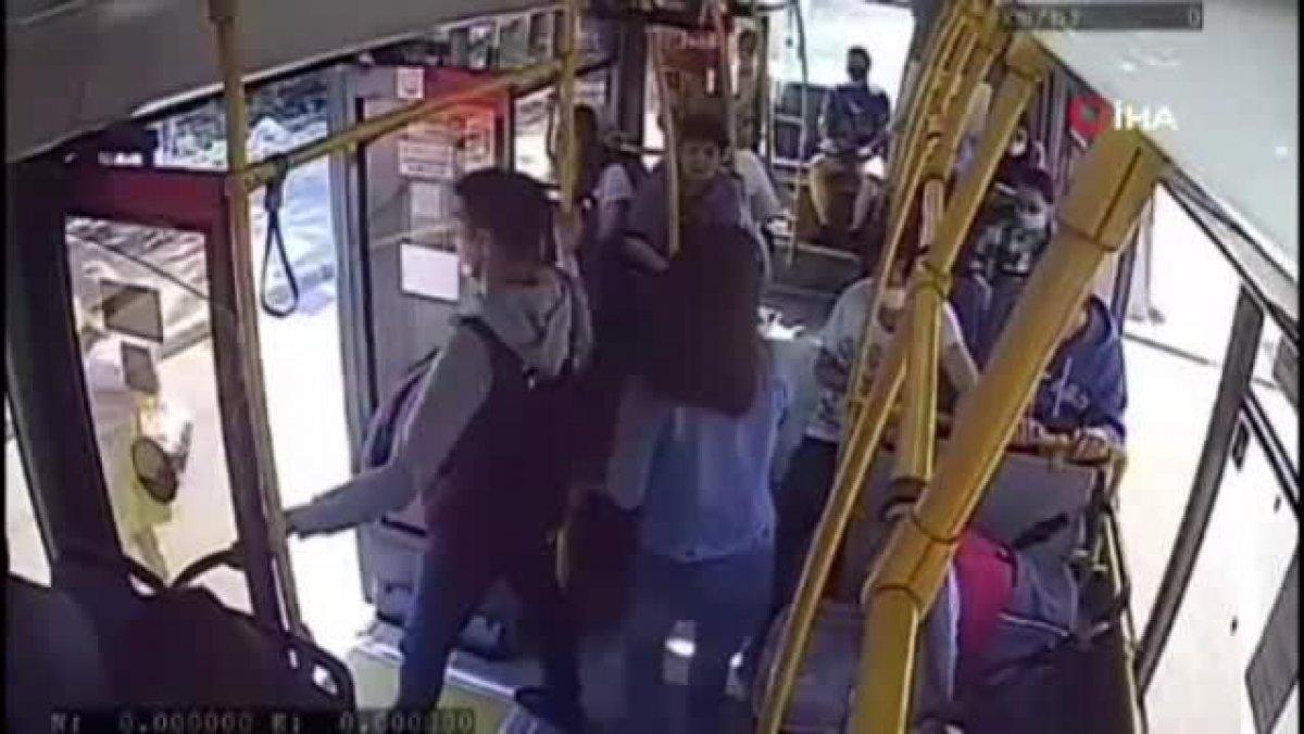 Rusya da annesinin kucağındaki bebeğin bacağı otobüsün kapısına sıkıştı #1
