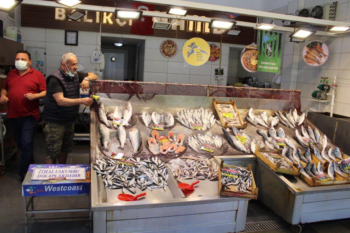 İzmit'te müsilaj, müşterinin ayağını balık pazarından kesti  #5