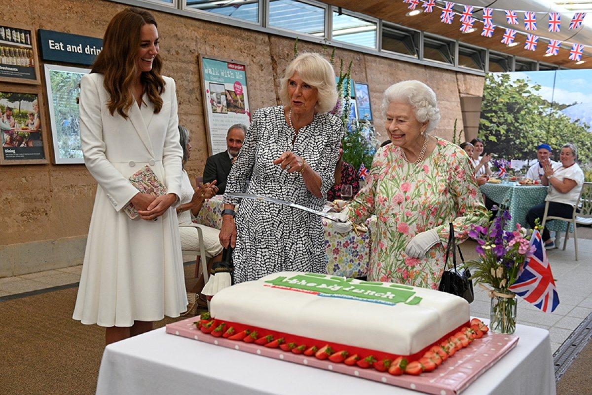 Kraliçe Elizabeth, pasta kesmek için tören kılıcı kullandı #1