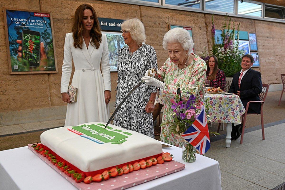 Kraliçe Elizabeth, pasta kesmek için tören kılıcı kullandı #2