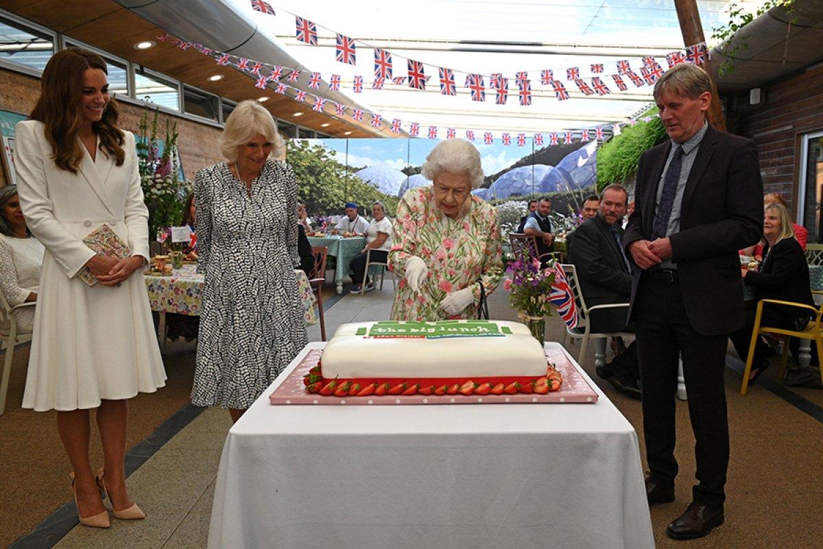 Kraliçe Elizabeth, pasta kesmek için tören kılıcı kullandı #3