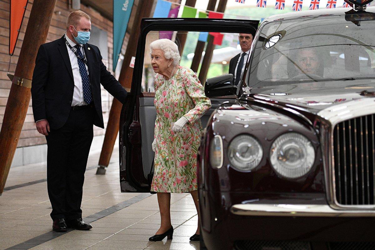 Kraliçe Elizabeth, pasta kesmek için tören kılıcı kullandı #4