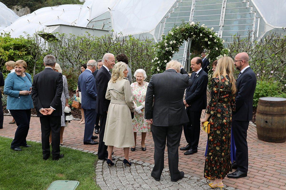 Kraliçe Elizabeth, pasta kesmek için tören kılıcı kullandı #7