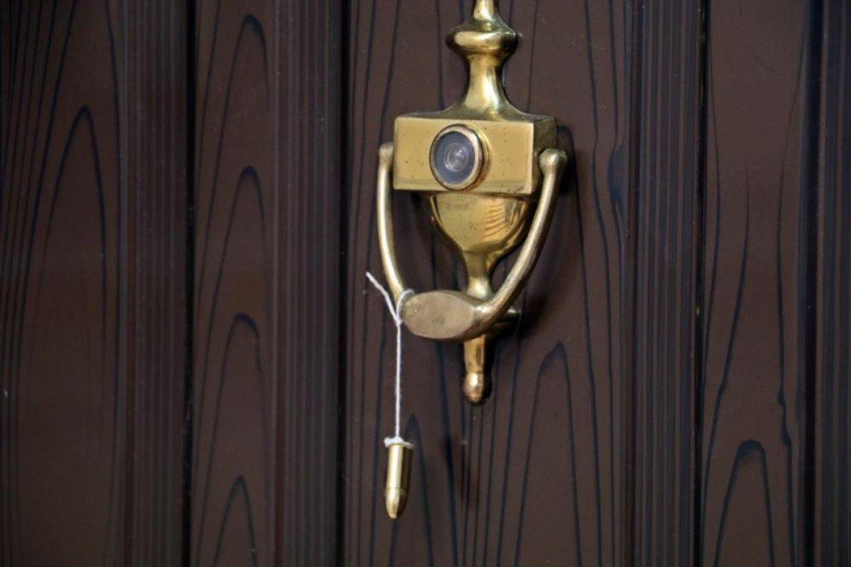 Antalya da hayvanseverin kapısına mermi asıldı #4