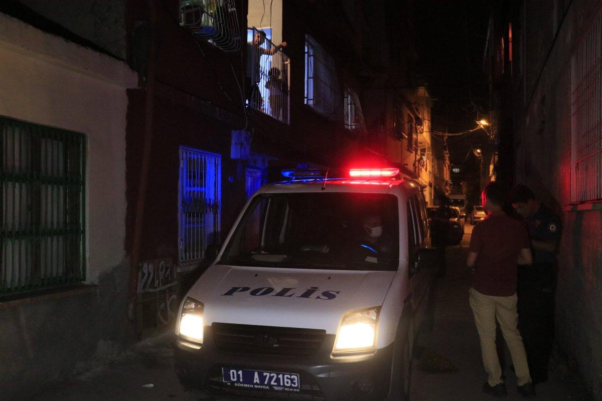 Adana da bir kişi üvey babasını sırtından ve bacağından bıçakladı #1