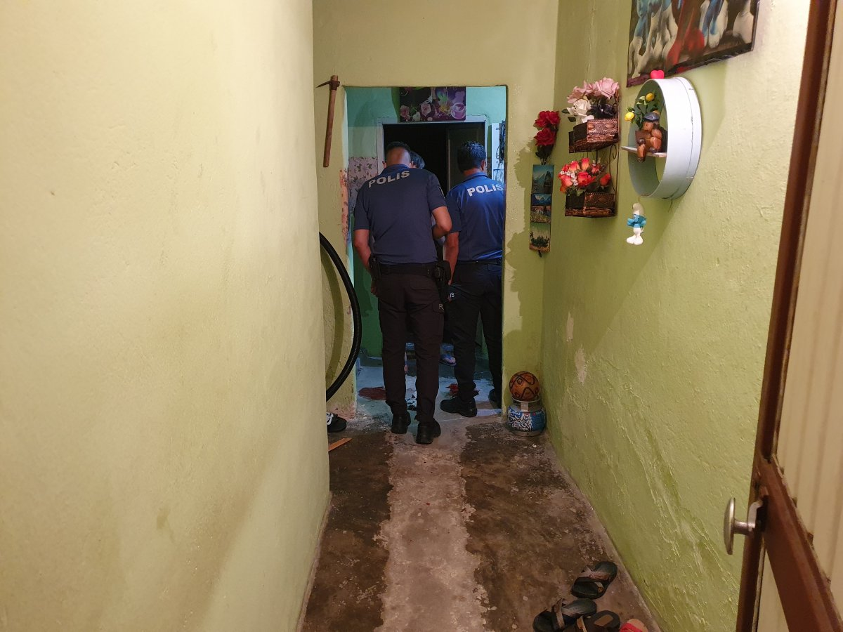 Adana da bir kişi üvey babasını sırtından ve bacağından bıçakladı #3