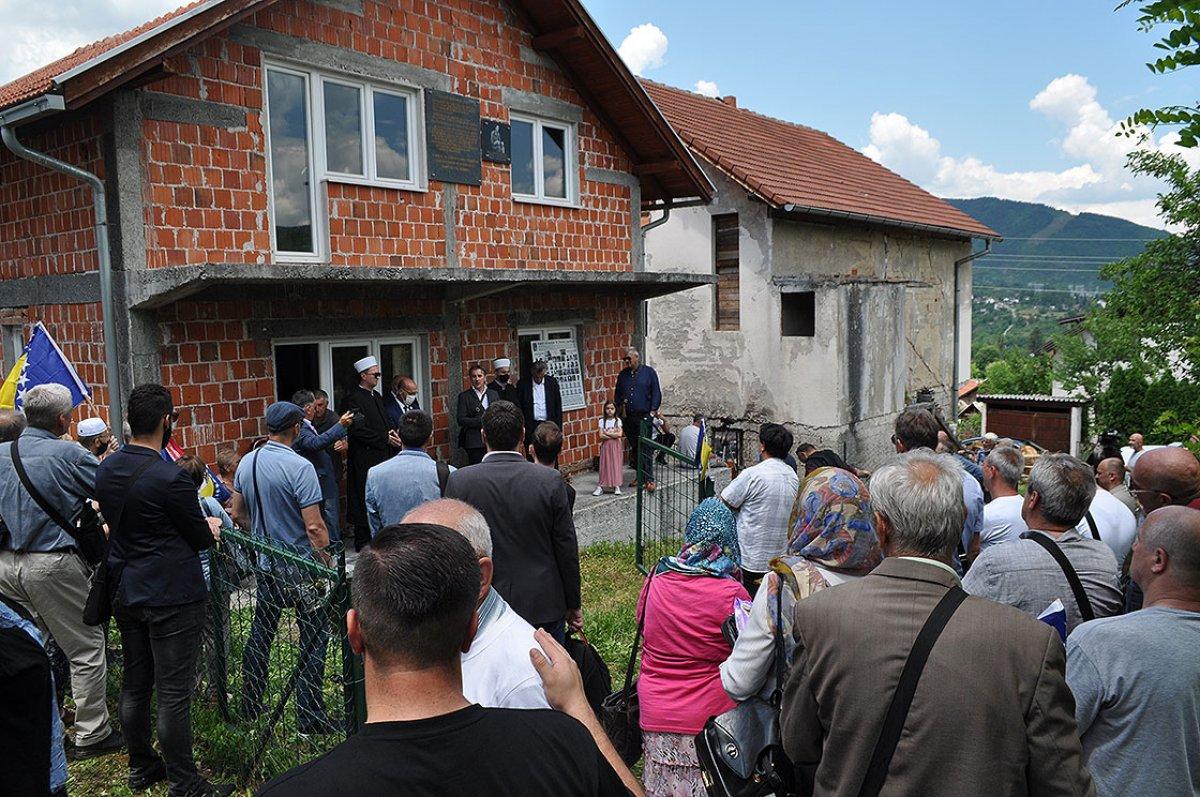 Bosna Savaşında diri diri yakılan 3 bin kurban için nehre gül döküldü #2
