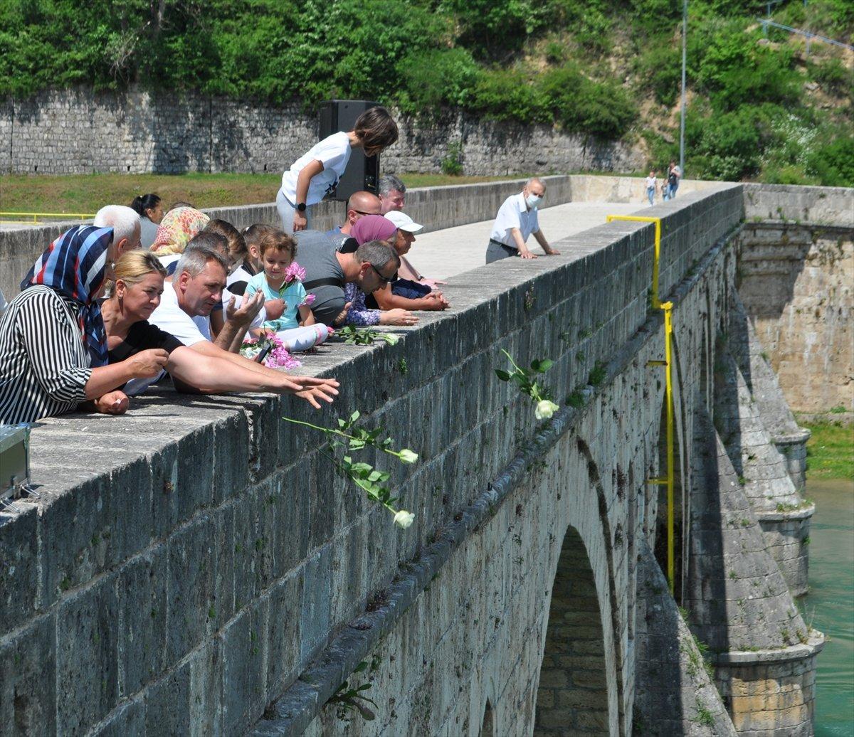 Bosna Savaşında diri diri yakılan 3 bin kurban için nehre gül döküldü #4