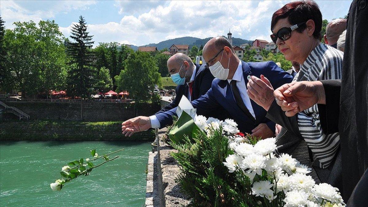 Bosna Savaşında diri diri yakılan 3 bin kurban için nehre gül döküldü #3