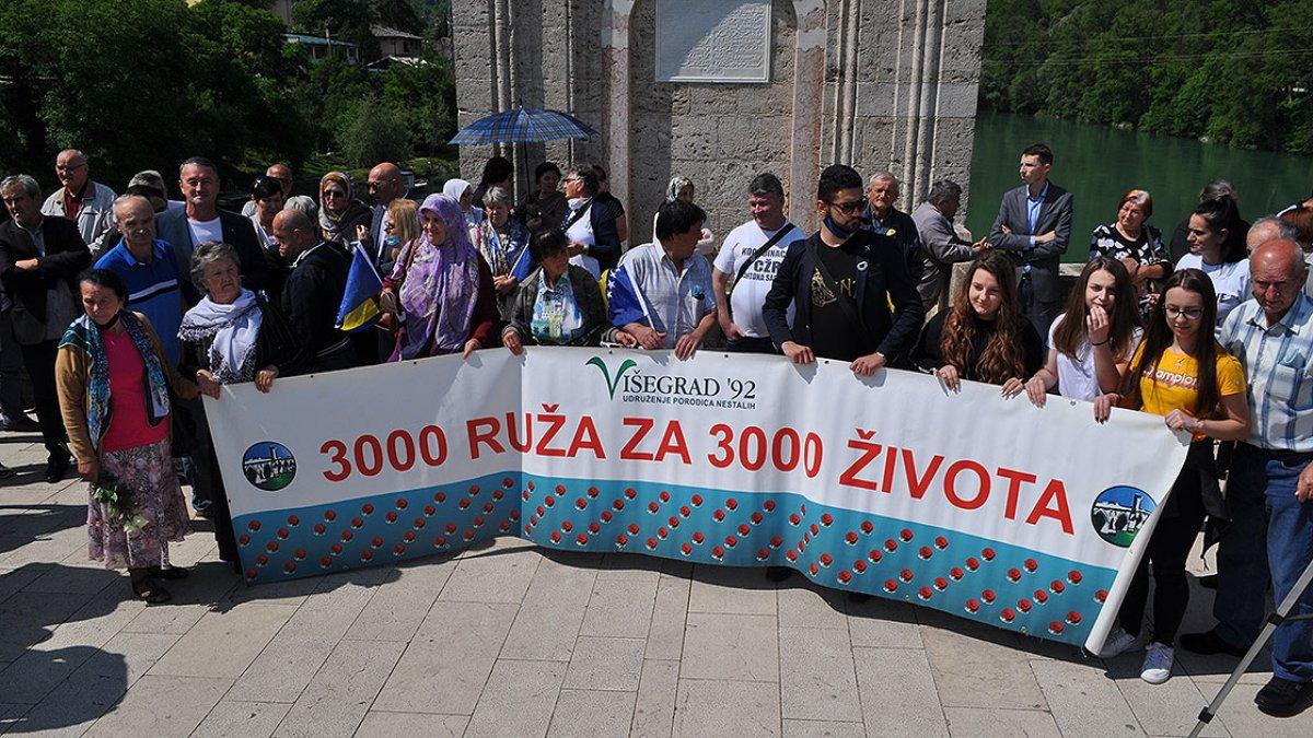 Bosna Savaşında diri diri yakılan 3 bin kurban için nehre gül döküldü #1