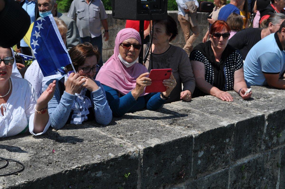 Bosna Savaşında diri diri yakılan 3 bin kurban için nehre gül döküldü #5