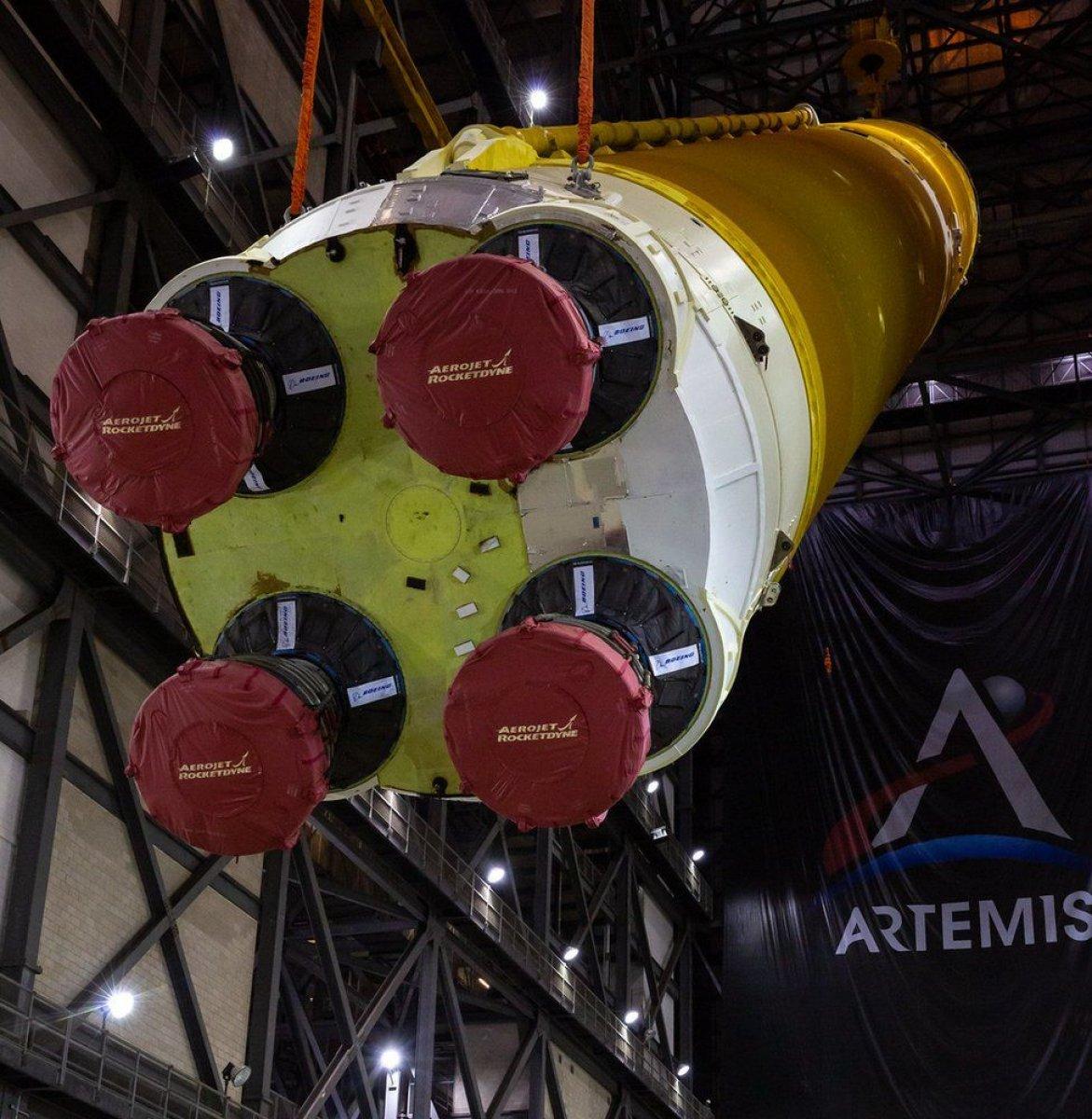 Ay'a ilk kadını taşıyacak dev roketler bir araya getirildi #9