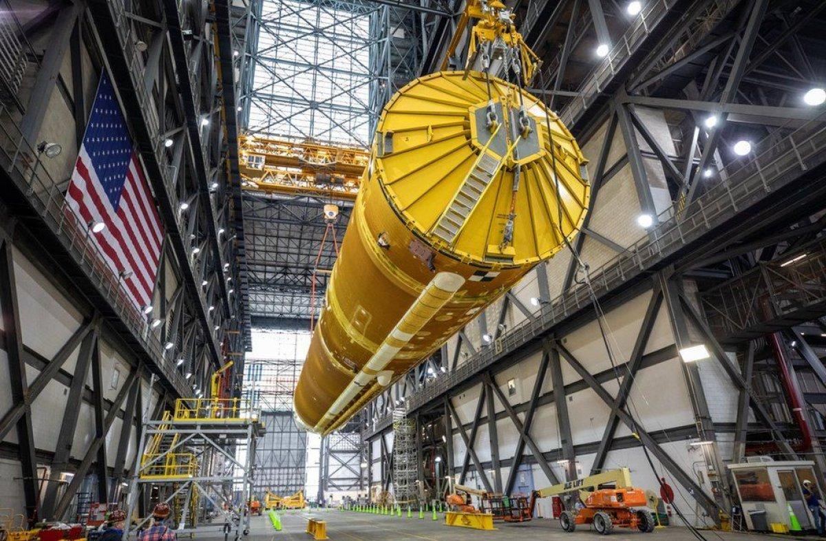 Ay'a ilk kadını taşıyacak dev roketler bir araya getirildi #8