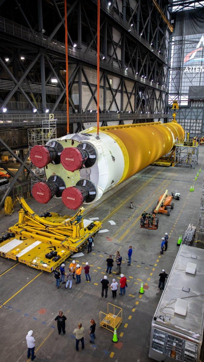 Ay'a ilk kadını taşıyacak dev roketler bir araya getirildi #6