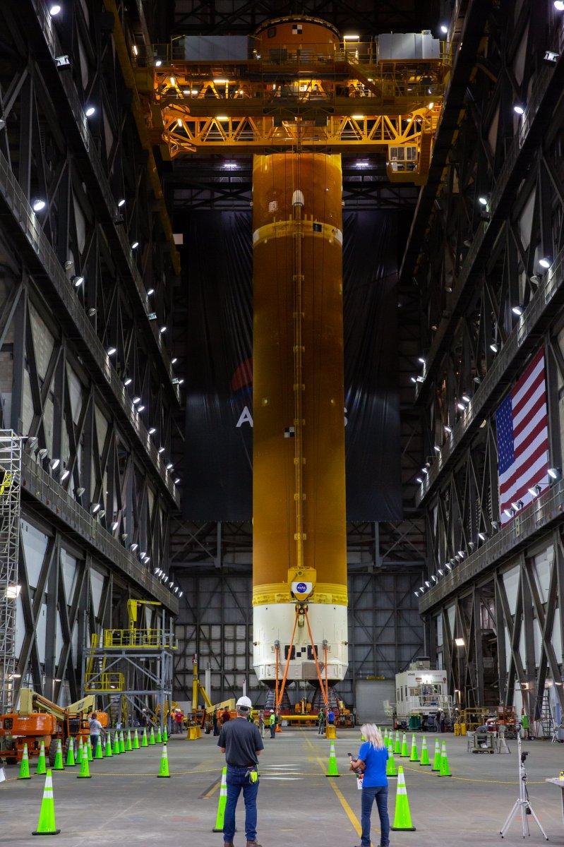 Ay'a ilk kadını taşıyacak dev roketler bir araya getirildi #2