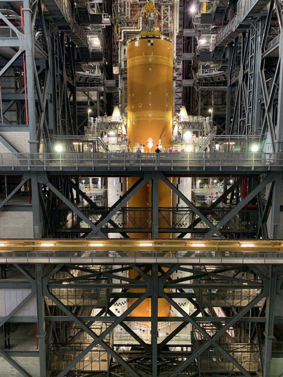 Ay'a ilk kadını taşıyacak dev roketler bir araya getirildi #1